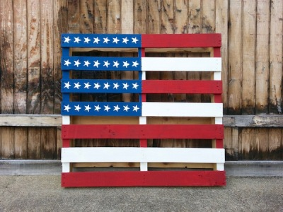 Wooden shipping pallet painted like an American flag