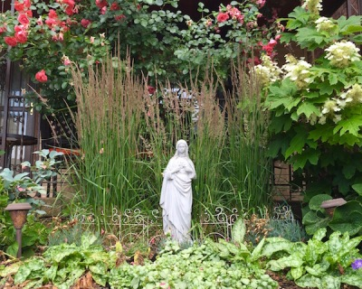 Front yard Mary statue, Pittsburgh, PA