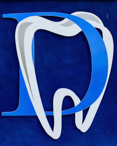 logo for Munhall Dental of capital letter D intertwined with outline of tooth