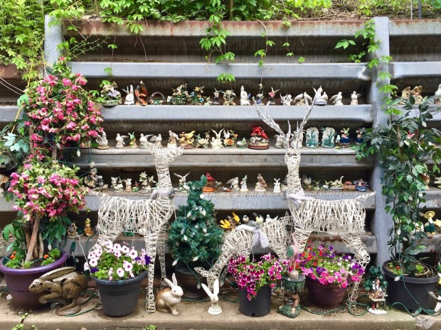 retaining wall with many model bird figures