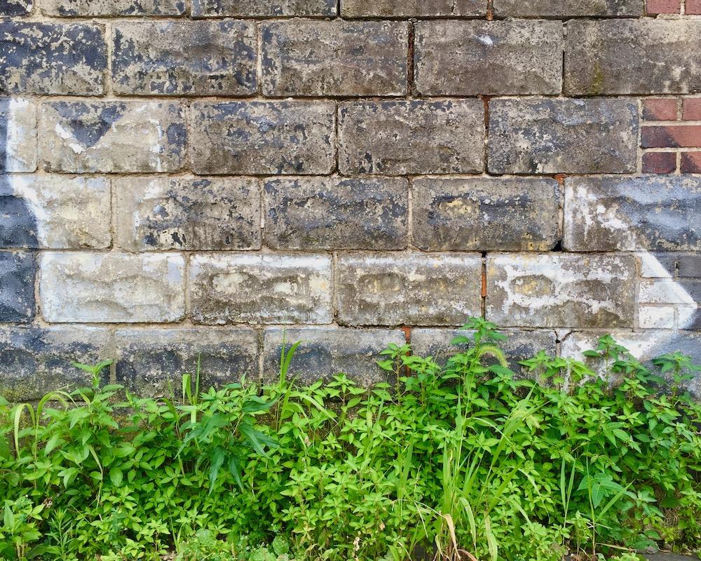 arrow painted on masonry bricks